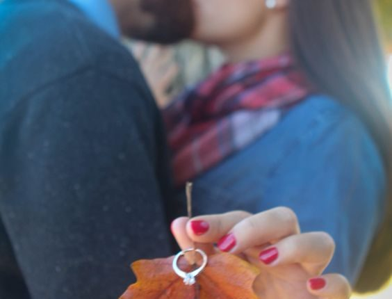 Fall engagement photo poses and photos 2