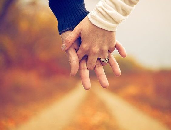 Fall engagement photo poses and photos 4
