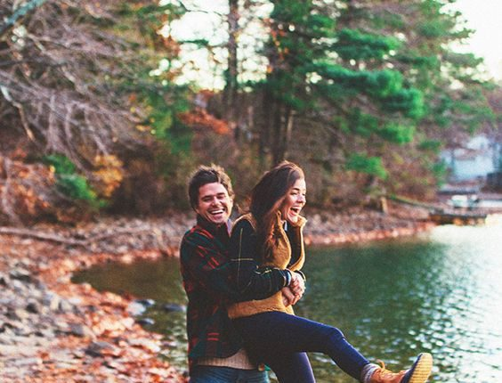 Fall engagement photo poses and photos 8