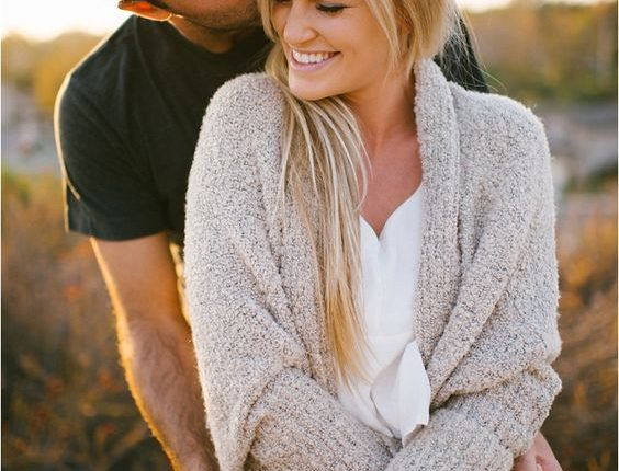 Fall engagement photo poses and photos 9