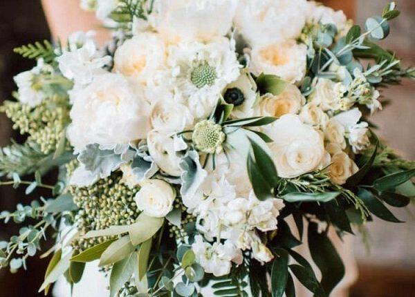 White Peonies English Garden Roses e Ranunculus and Anemones Wedding Bouquet