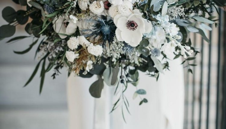 Chilly white and blue bouquet ideas for winter wedding