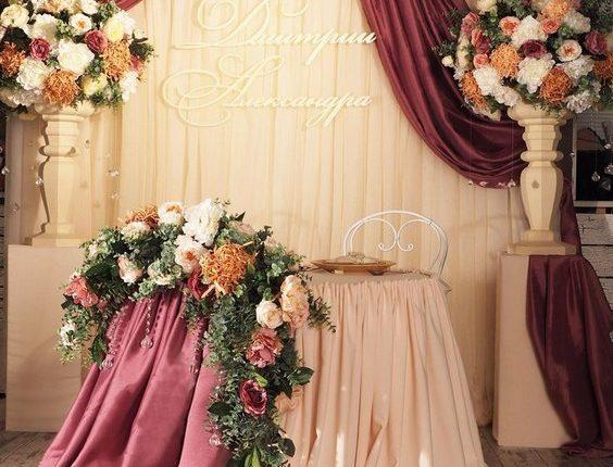luxury burgundy and blush fall indoor wedding sweetheart table