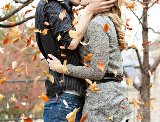 Fall engagement photo poses and photos 11
