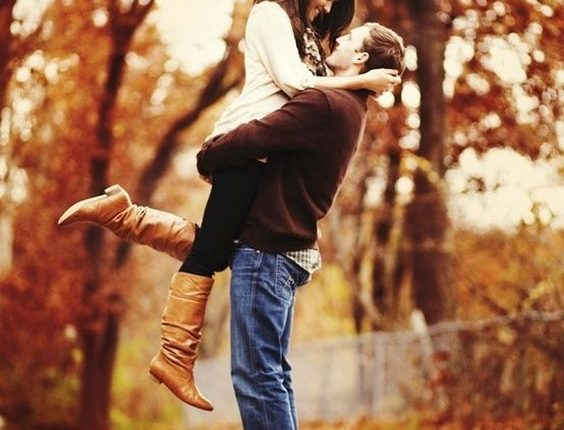 Fall engagement photo poses and photos 12