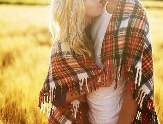 Fall engagement photo poses and photos 3