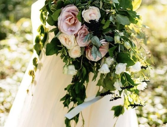 Organic wedding bouquets with cascading ivy cuttings and dark green leaves